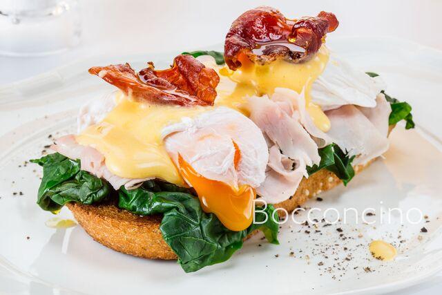Багет с беконом и яйцом.Фотосъемка блюд для меню ресторана Bocconcino
