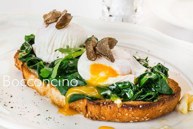 Багет с яйцом пашот и шпинатом. Фотосъемка блюд для меню ресторана Bocconcino