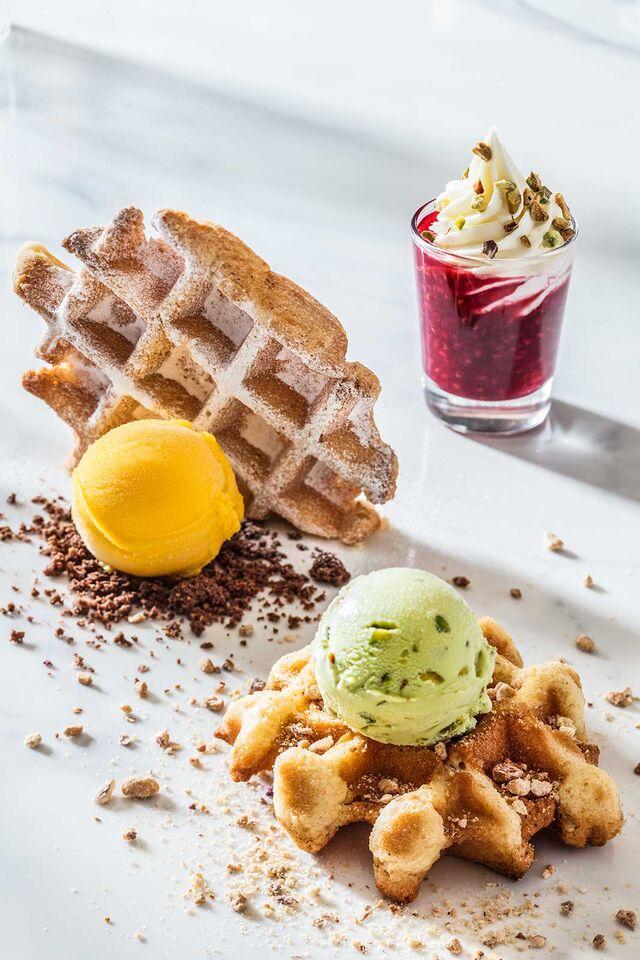 Фотосъемка десерта с мороженым. Бельгийские вафли с малиновым соусом и мороженым для кафе Чистая Линия. Фотограф и фуд-стилист Слава Поздняков.