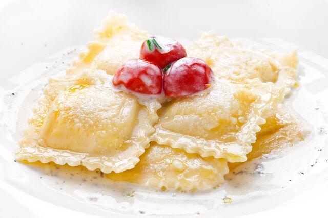 Равиоли с рикоттой и трюфельной пастой - Фотосъемка блюд на белом фоне. Фуд-стилист и фотограф Слава Поздняков