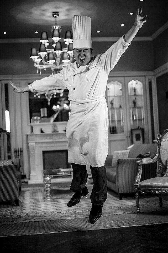 Портретная фотосъемка шеф-повара в интерьере