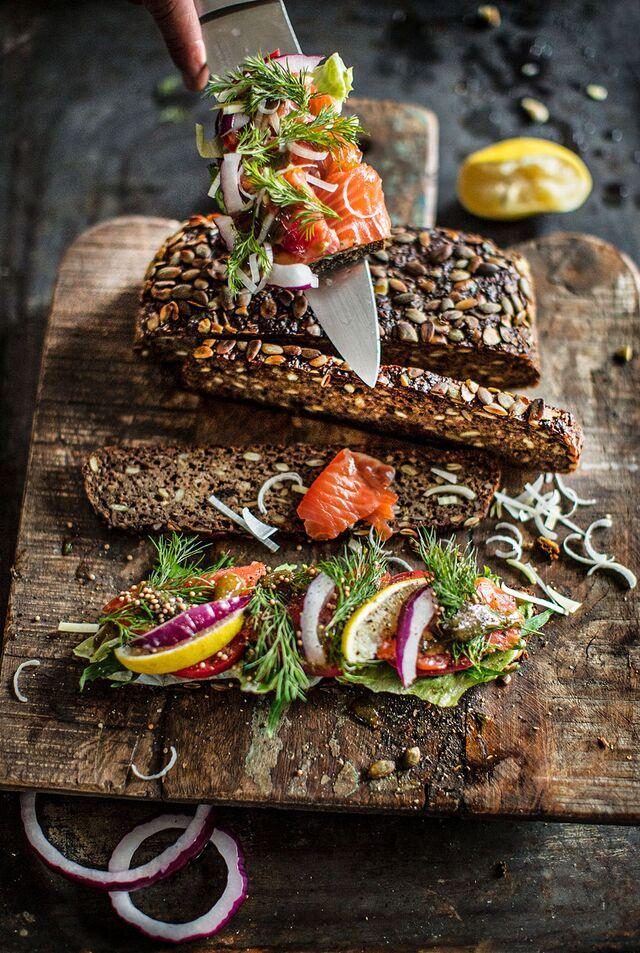 Фотосъемка в SLAVAPOZDNYAKOVSTUDIO норвежского лосося с хлебом из тыквы без дрожжей. Фуд-фотограф Слава Поздняков. Шеф-повар Леон Эк.