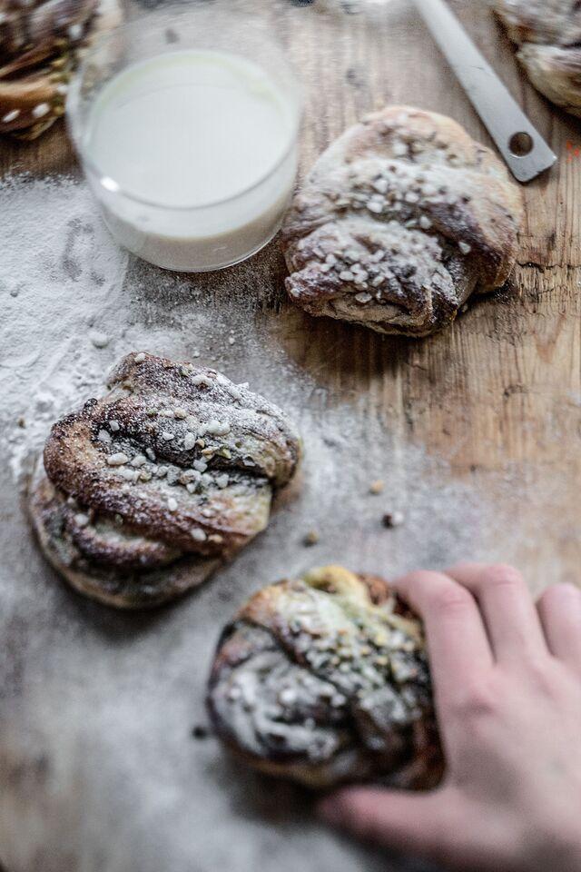 Фотосъемка булочек. Приготовление шведских булочек с кардамоном, приправленных фисташками. Шеф-повар Леон Эк. Фуд-стилист, фотограф Слава Поздняков