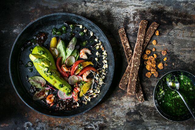 Фотосъемка композиции блюда салата с авокадо. Шеф-повар Леон Эк. Фуд-фотограф Слава Поздняков
