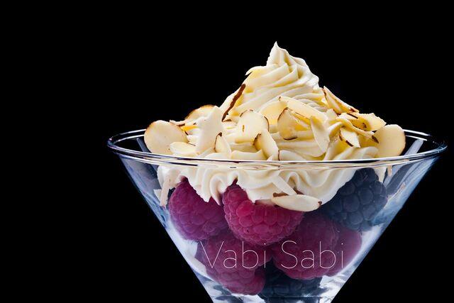 Салат с ягодами малины и кремом. Фотосъемка десерта для меню ресторана