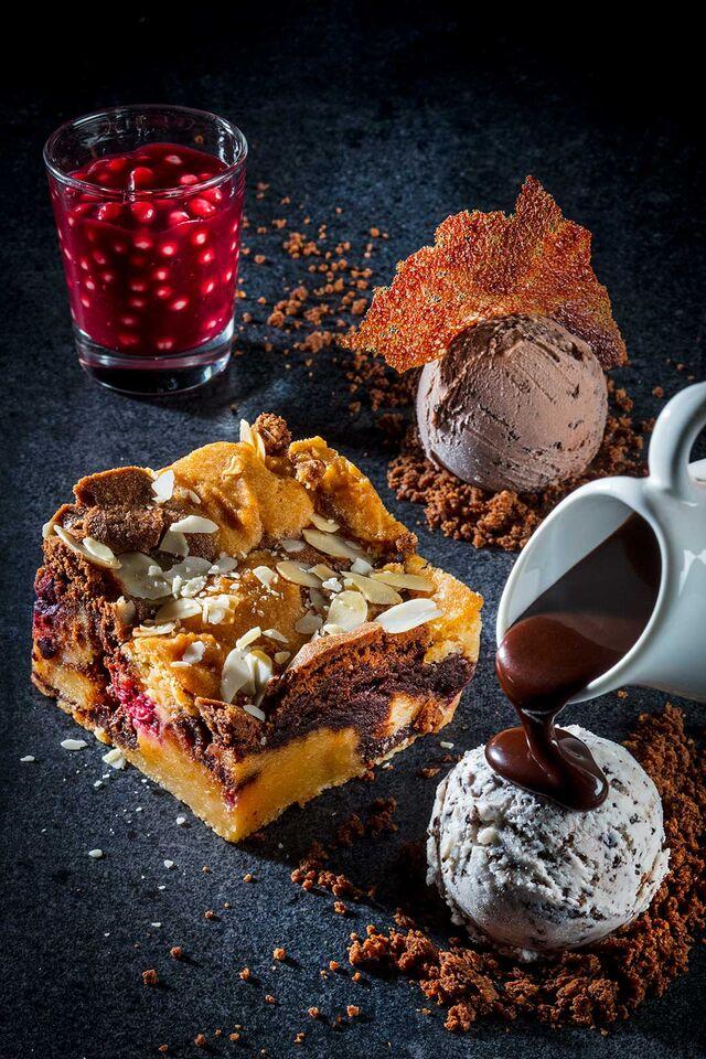 Фотосъемка шоколадно-вишневого пая с вишневым конфи, мороженым Чистая Линия.Фотограф и фуд-стилист Слава Поздняков.