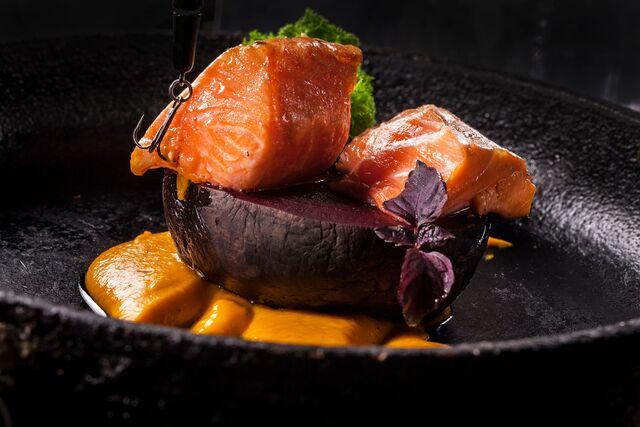 Фуд съемка композиции Свекла с лососем и тыквенным муссом. Ресторан «Чайка»