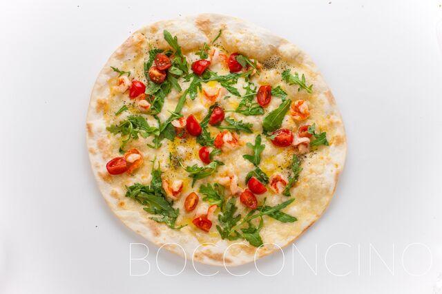 Фотосъемка пиццы с рукколой и помидорами черри ресторан Bocconcino