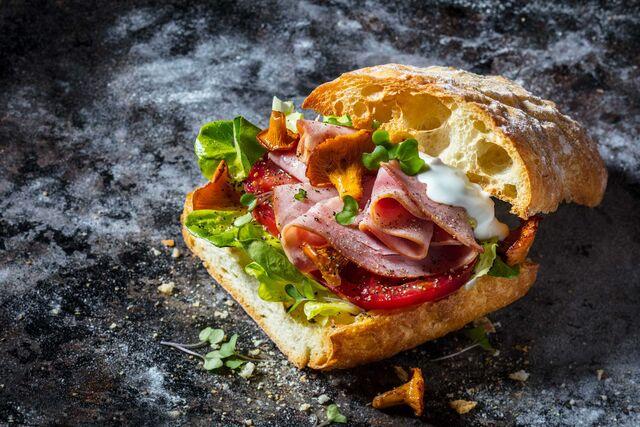 """Сэндвич с ветчиной, лесными грибами и сыром.Фуд-стайлинг, компоновка, фотосъемка для кафе """"Чистая Линия"""". Фотограф и фуд-стилист  Слава Поздняков."""