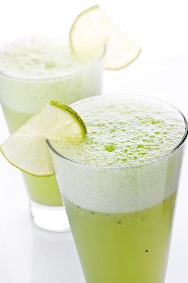 Фотосъемка коктейлей лимонадов для меню ресторана Ваби Саби на белом фоне