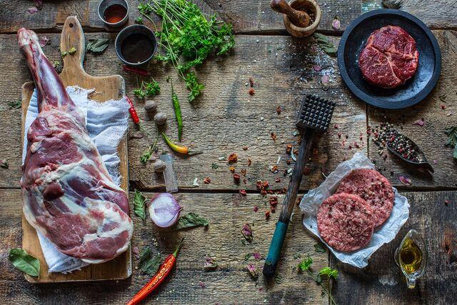 Постановочная композиция для раздела книги Блюда из мяса. Фуд-стилист и фотограф Слава Поздняков