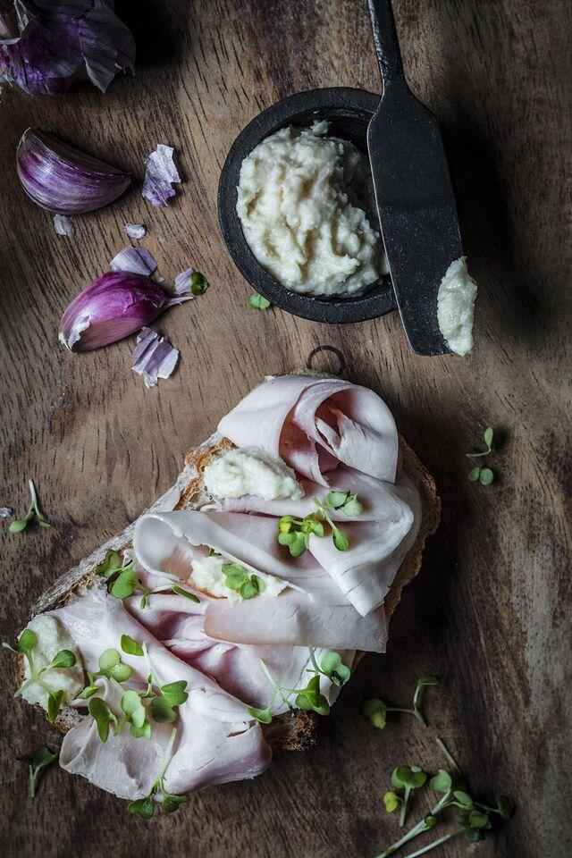 Проект КУХМАСТЕР. Фотосъемка для каталога. Фотосъемка сандвича с хреном. Фотосъемка соусов, приготовление блюд, фотосъемка блюд. Фуд-стилист, фотограф Слава Поздняков.