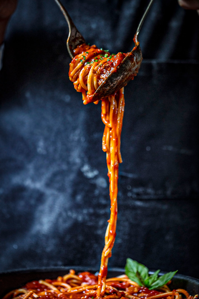 Проект КУХМАСТЕР. Фотосъемка для каталога. Фотосъемка спагетти в томатном соусе. Фотосъемка соусов, приготовление блюд, фотосъемка блюд. Фуд-стилист, фотограф Слава Поздняков.