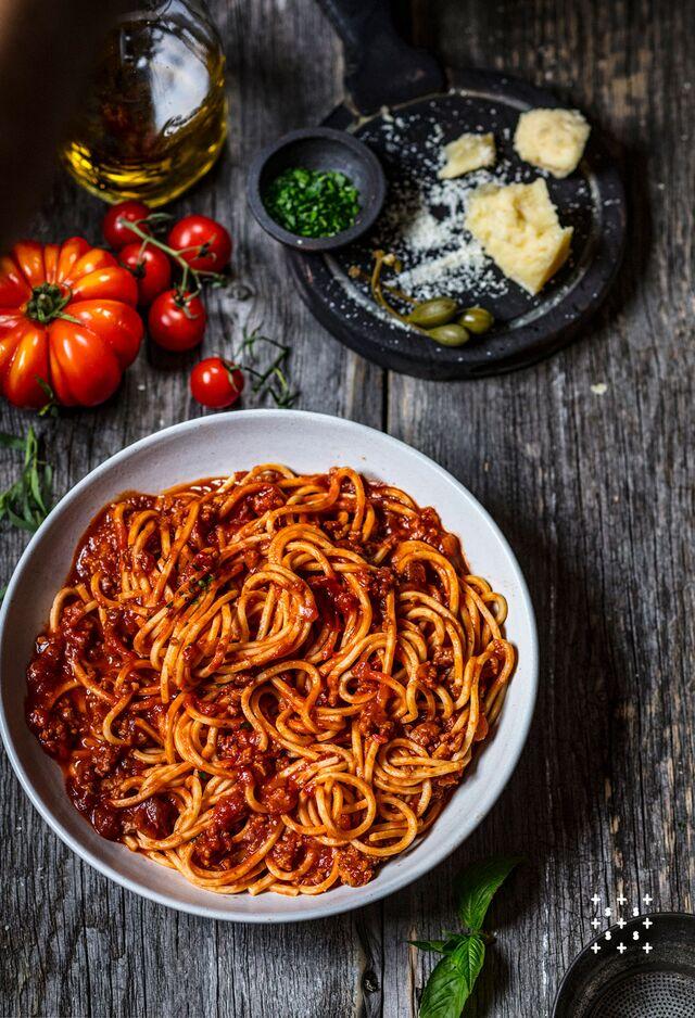 Проект КУХМАСТЕР. Фотосъемка для каталога. Фотосъемка спагетти с соусом. Фотосъемка соусов, приготовление блюд, фотосъемка. Фуд-стилист, фотограф Слава Поздняков.