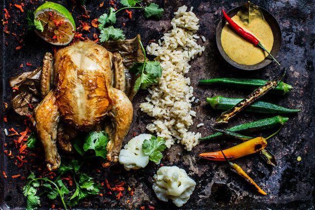 Курица по-тайски с жасминовым рисом и соусом карри. Фуд фотограф Слава Поздняков