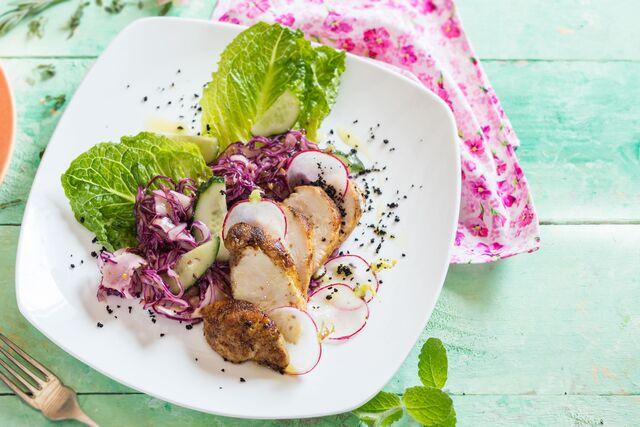 Фотосъемка блюда куриное филе с салатом. Фуд-стилист и фотограф Слава Поздняков