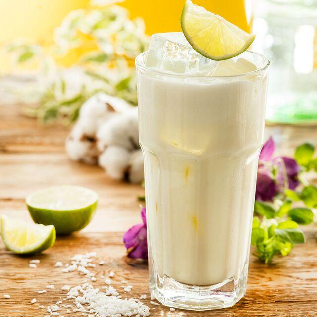 Фотосъемка напитков для меню Traveler's coffee. Миндальный коктейль с овсяным толокном. Фуд-стилист и фотограф Слава Поздняков
