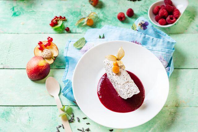 Фотосъемка мороженого с малиновым соусом для летнего меню кофейни. Фуд-стилист и фотограф Слава Поздняков