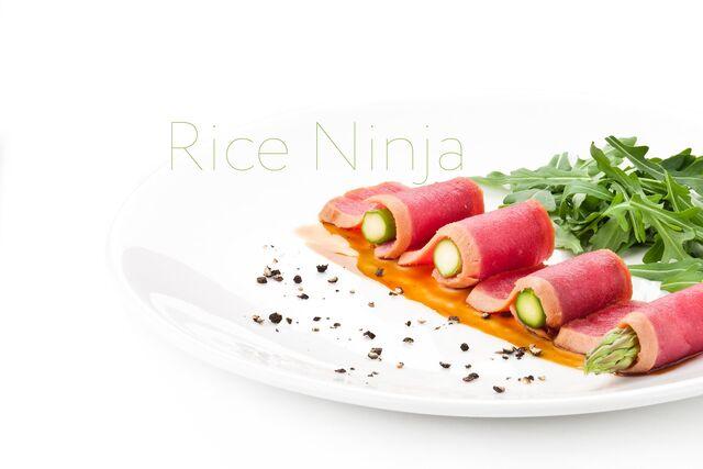 Роллы с тунцом и овощами. Фотосъемка блюд на белом фоне для ресторана Рисовый Ниндзя
