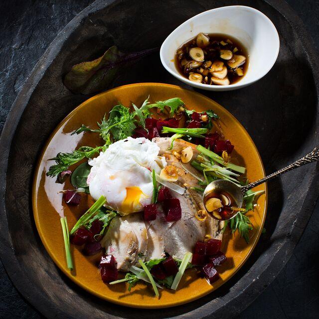 Салат с индейкой, свеклой и яйцом пашот. Фуд фотограф и стилист Слава Поздняков