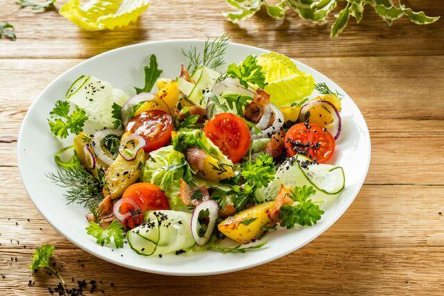 Фотосъемка салата с обжаренным картофелем, беконом и помидорами. Фуд-стилист и фотограф Слава Поздняков | Slava Pozdnyakov