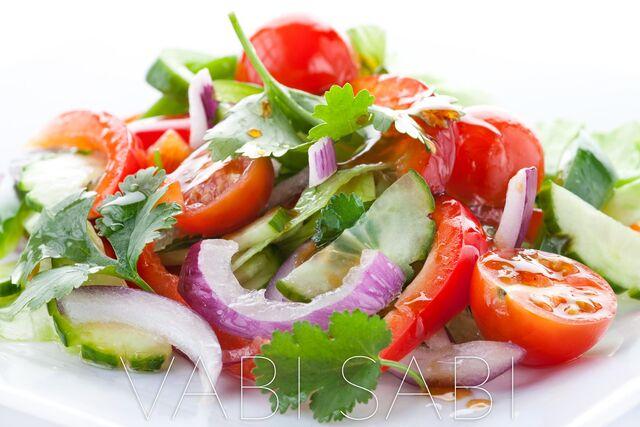 Фотосъемка салата для меню ресторана Ваби Саби на белом фоне