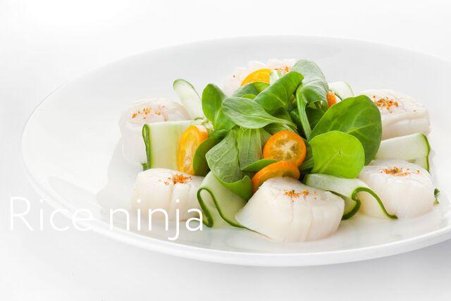 Фотосъемка салата с треской на белом фоне для меню Ваби Саби