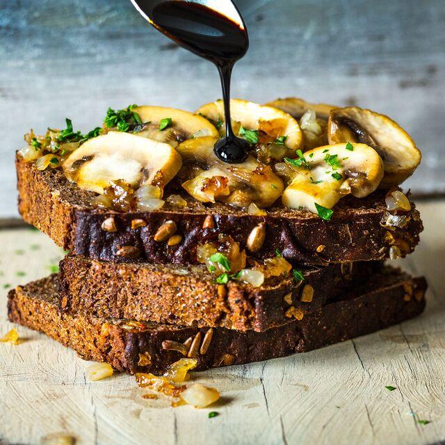 Фотосъемка сендвича с грибами и луком. Фуд-стилист, фотограф Слава Поздняков.
