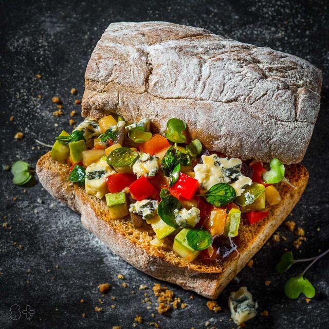 """Сэндвич с печеными овощами и сыром горгонзола.Фуд-стайлинг, компоновка, фотосъемка для кафе """"Чистая Линия"""". Фотограф и фуд-стилист  Слава Поздняков."""