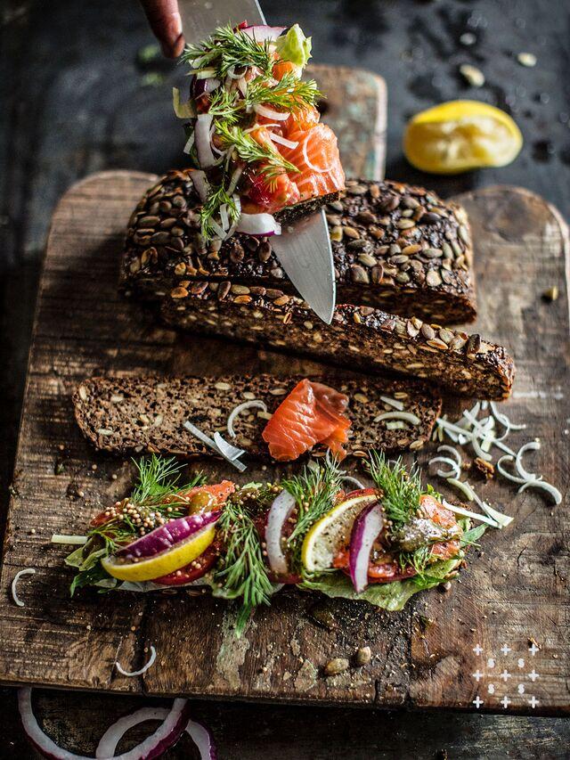 Фотосъемка сэндвича. Норвежский лосось с хлебом из тыквы без дрожжей. Фуд-стилист, фотограф Слава Поздняков.