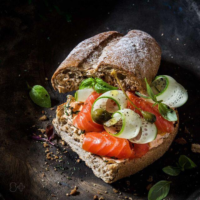 Сэндвич со слабосоленым  лососем. Фуд-стайлинг, компоновка, фотосъемка. Фотограф и фуд-стилист  Слава Поздняков.