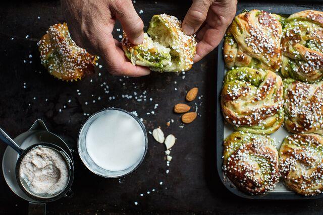 Приготовление шведских булочек с кардамоном, приправленных фисташками. Фуд фотограф Слава Поздняков
