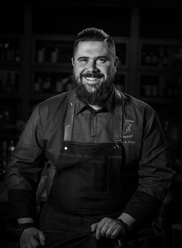 Фотосъемка портрета шеф-повара El Gaucho. Черно-белый портрет в интерьере. Фотограф Слава Поздняков.
