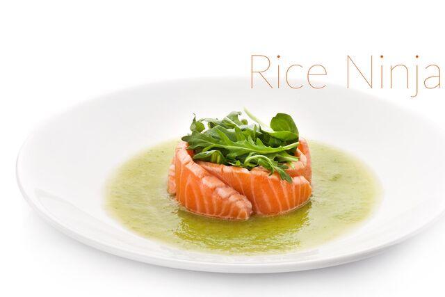 Фотосъемка супа с лососем. Фотосъемка блюд на белом фоне для меню Ваби Саби