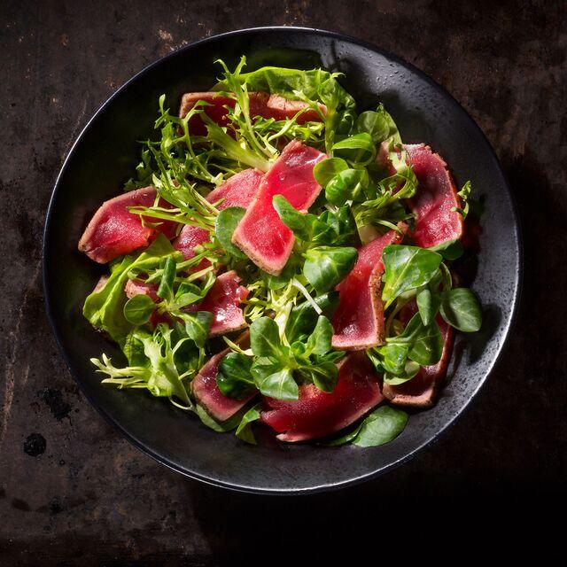 Салат с тунцом - фотосъемка блюд на темном фоне