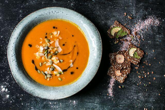 Фотосъемка тыквенного супа с тыквенными семечками и кокосовой стружкой. Фуд фотограф Слава Поздняков