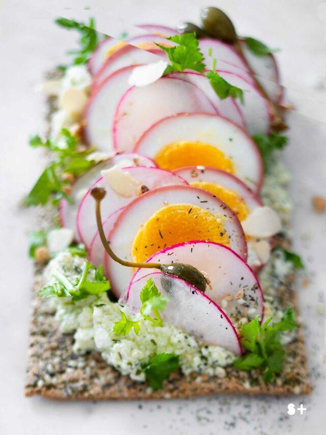 Фотосъемка тоста с яйцом, редиской, каперсами. Фуд-стилист, фотограф Слава Поздняков.