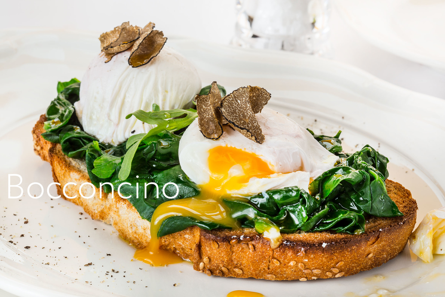 Фотосъемка тоста с яйцом пашот и шпинатом. Фуд-стилист, фотограф Слава Поздняков.