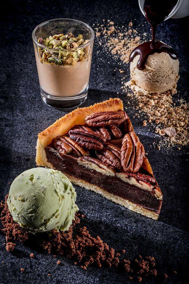 Фотосъемка десерта с мороженым. Торт пекан для кафе Чистая Линия. Фотограф и фуд-стилист Слава Поздняков.
