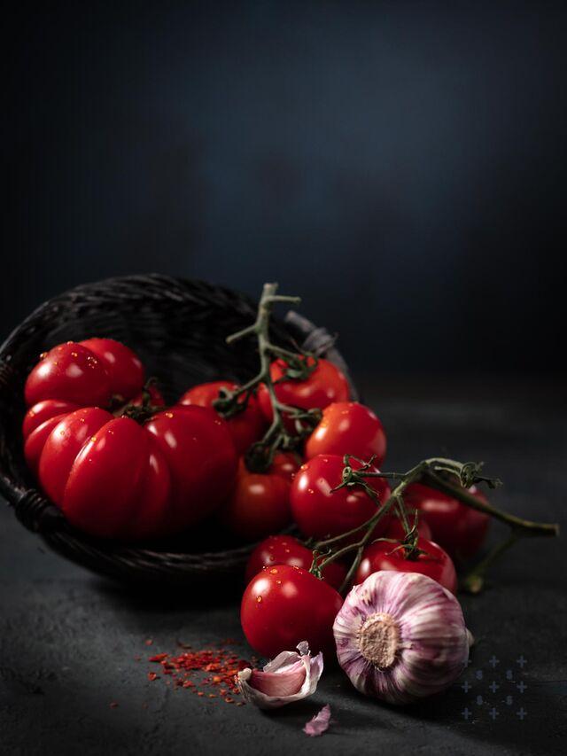 Фотосъемка помидор с овощами. Помидоры, чеснок. Фотограф, фуд-стилист Слава Поздняков.