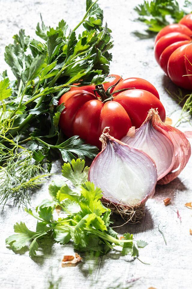 Фотосъемка овощей. Лук, помидоры, травы. Фуд-стилист, фотограф Слава Поздняков.