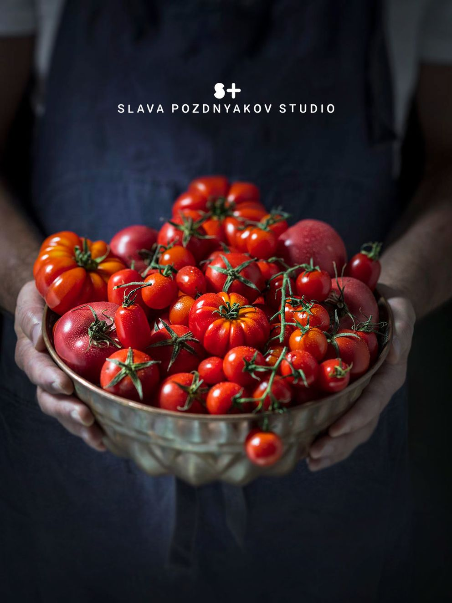 Фотосъемка овощей. Фотосъемка помидор. Композиция помидоры в руках. Фуд-стилист, фотограф Слава Поздняков.