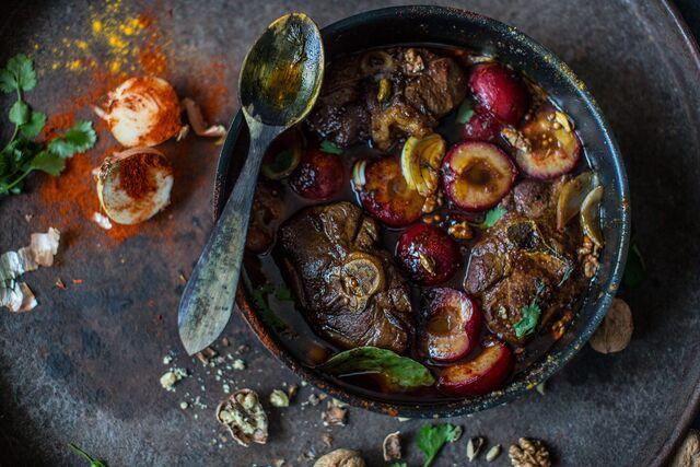 Разработка стилистики съемки блюда - Запеченное мясо со сливой. Фуд-стилист и фотограф Слава Поздняков